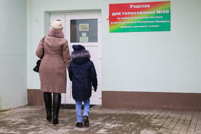 На участок №68 в день выборов, 18 февраля, иногда шли мамы или папы с детьми, но чаще – поодиночке.