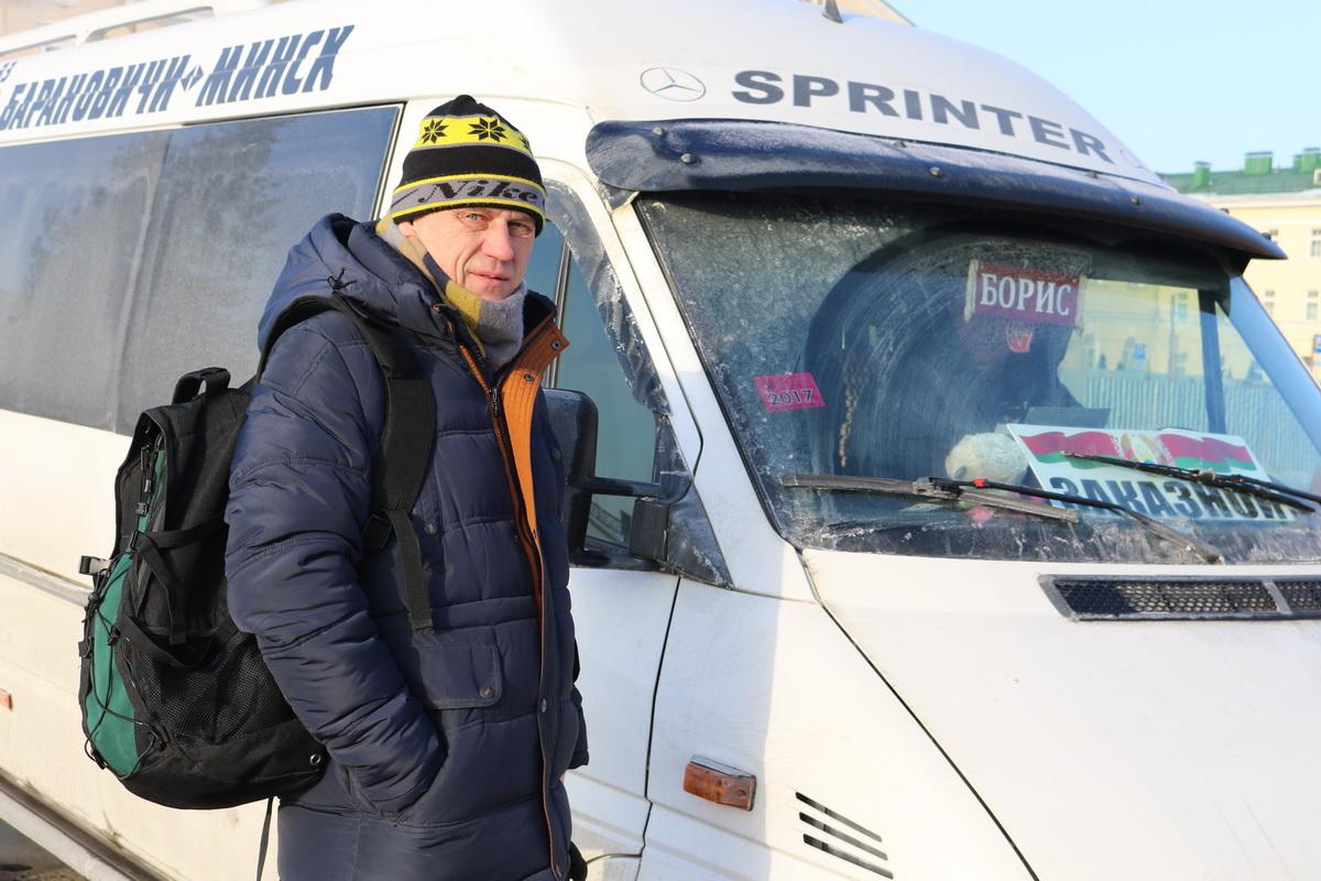 Сергей Рогоцкий уже два года ездит в Минск к дочери только на маршрутках.  Фото: Александр ЧЕРНЫЙ