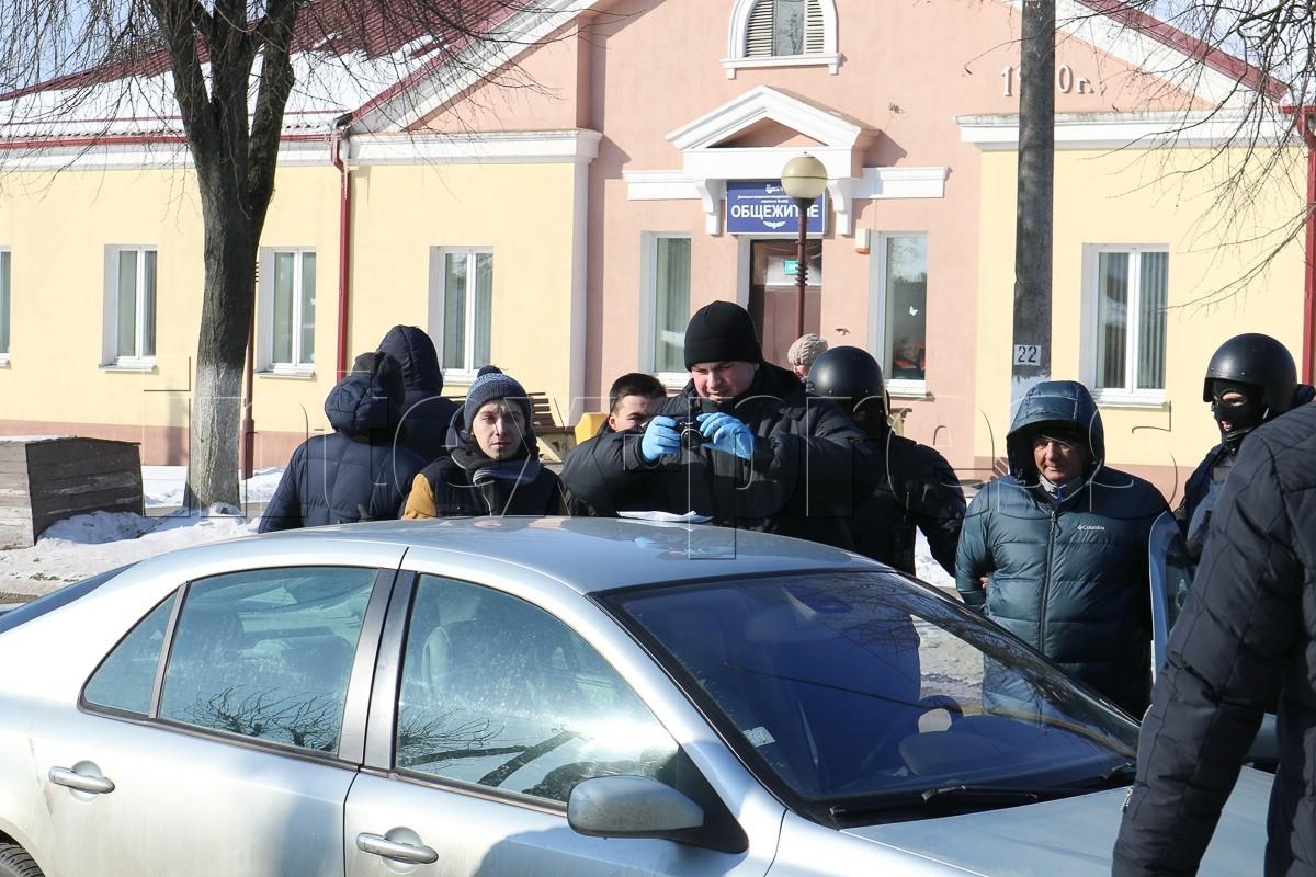 Сотрудники правоохранительных органов фотографируют конверт, найденный в автомобиле Виталия Кадышина.