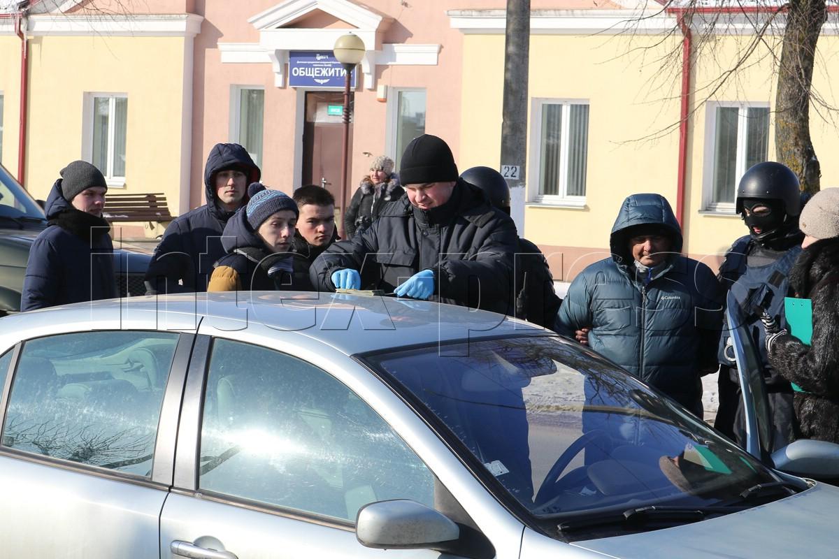 Сотрудники правоохранительных органов пересчитывают деньги, изъятые из автомобиля Виталия Кадышина.