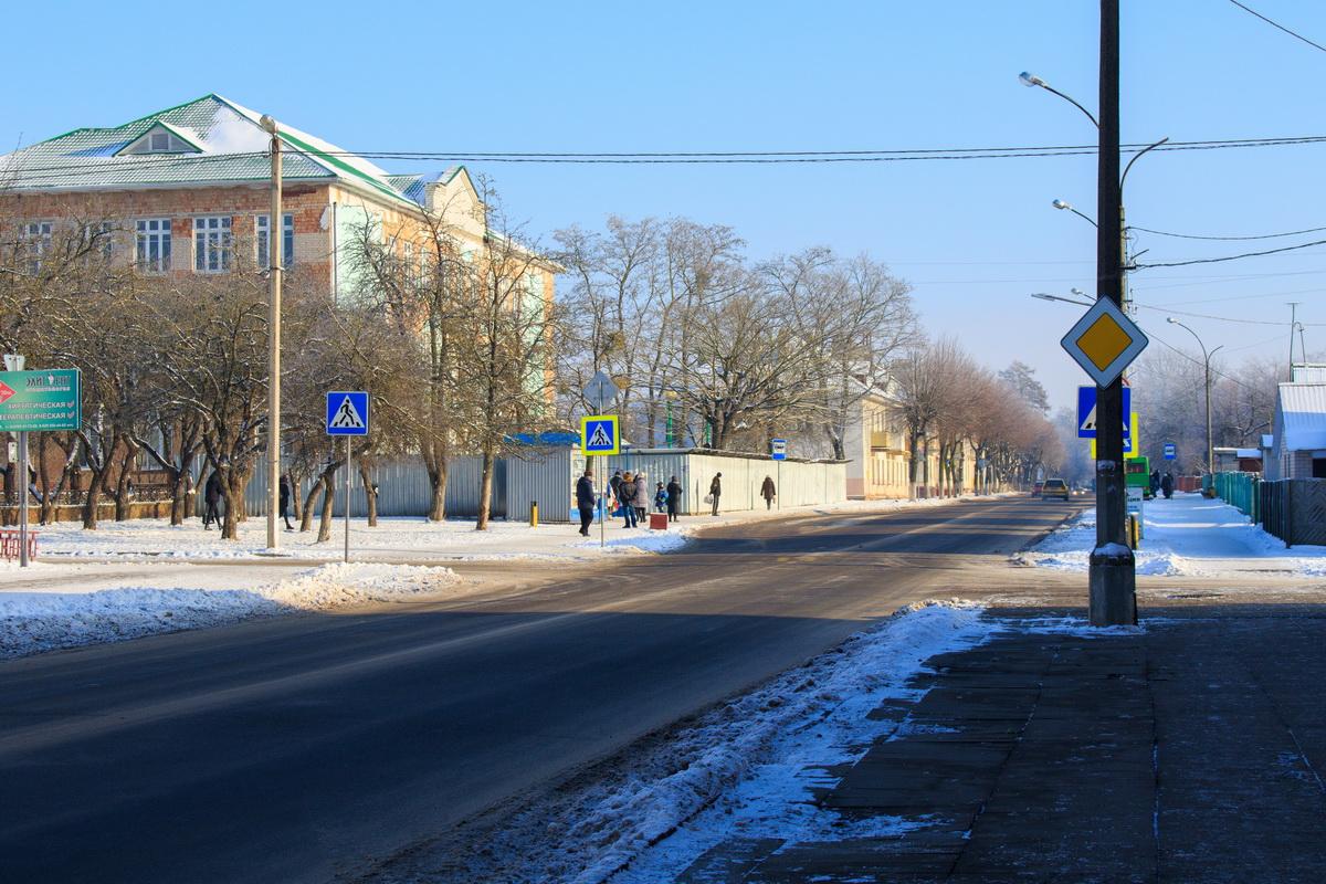 На улице Комсомольской ликвидируют пешеходный переход около столовой мясокомбината. На тротуаре вдоль дороги установят ограждение. Фото: Александр ЧЕРНЫЙ