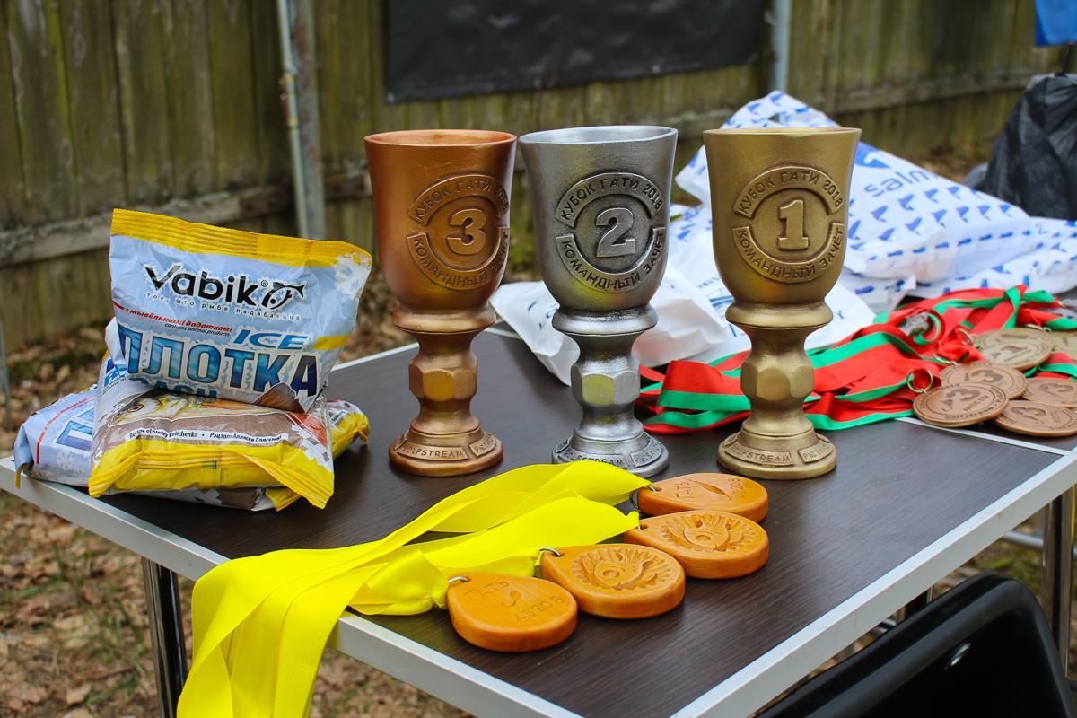 Кубки и медали для участников соревнований.