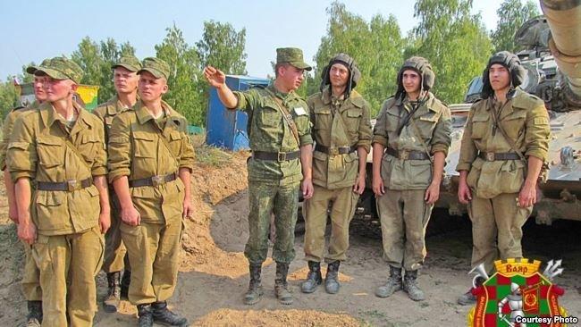 Павел Суковенко (в центре) во время службы. Фото информационного агентства «Ваяр».