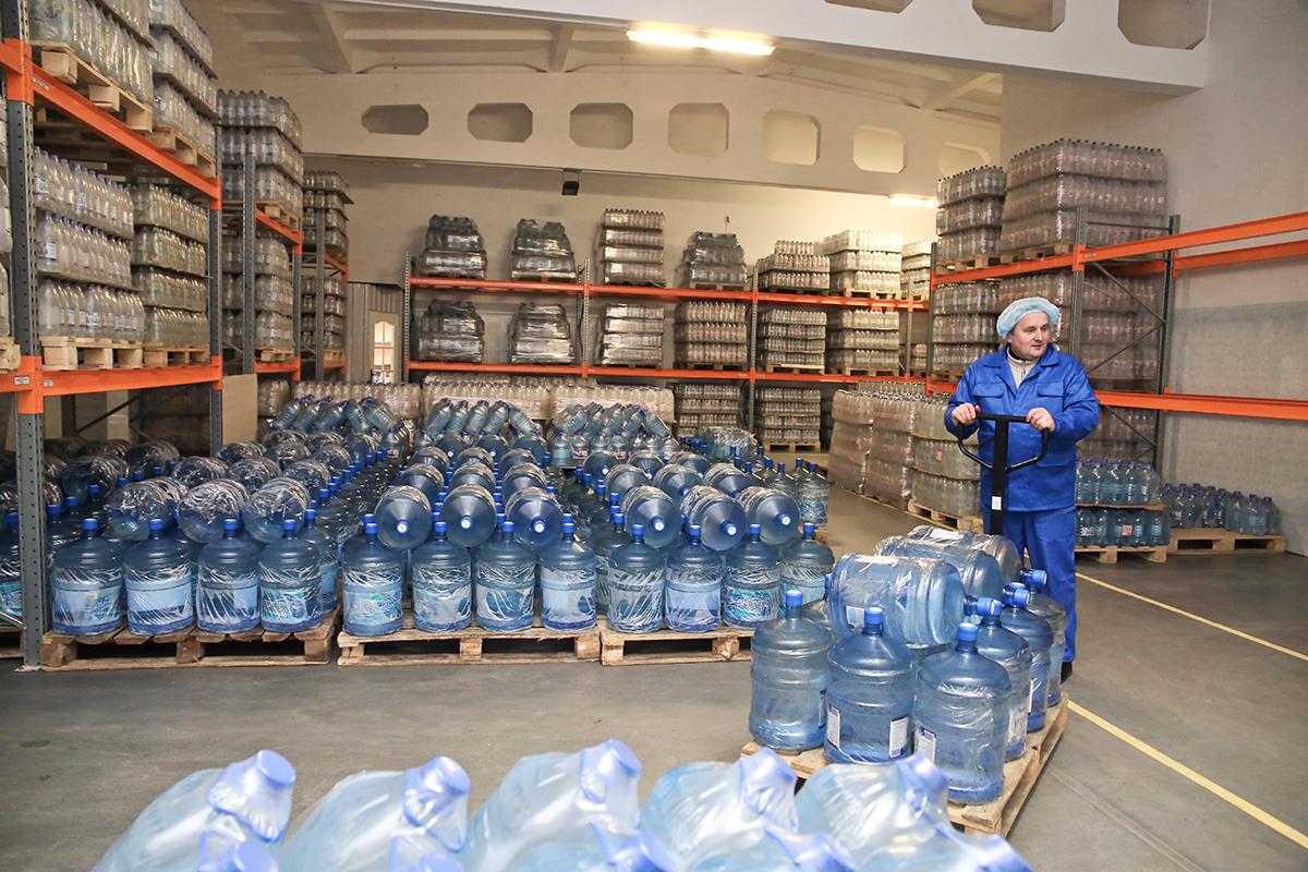 Готовая продукция поступает на склад. За тем, чтобы на складе сохранялись комфортные для хранения воды, температура и влажность, следит специальный прибор.