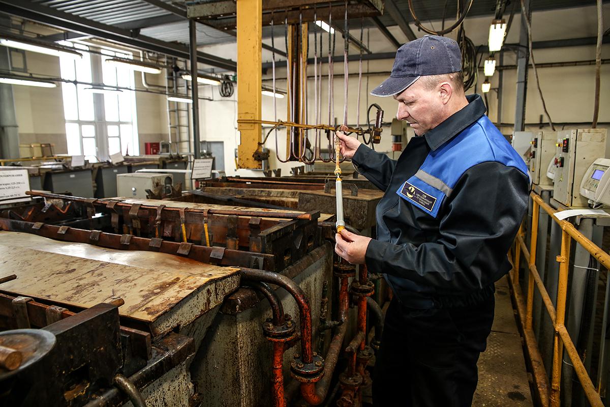 Рабочий-гальваник гальванического участка механического цеха № 5 ОАО «558 АРЗ» Артур Прозоров осматривает деталь из титанового сплава.