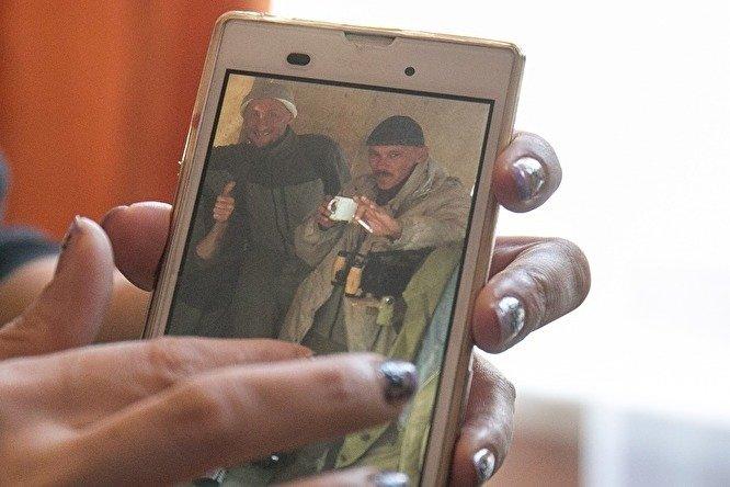 Житель Кедровки Николай Косотуров (с кружкой), родной брат погибшего Игоря Косотурова, также сейчас воюет в Сирии.