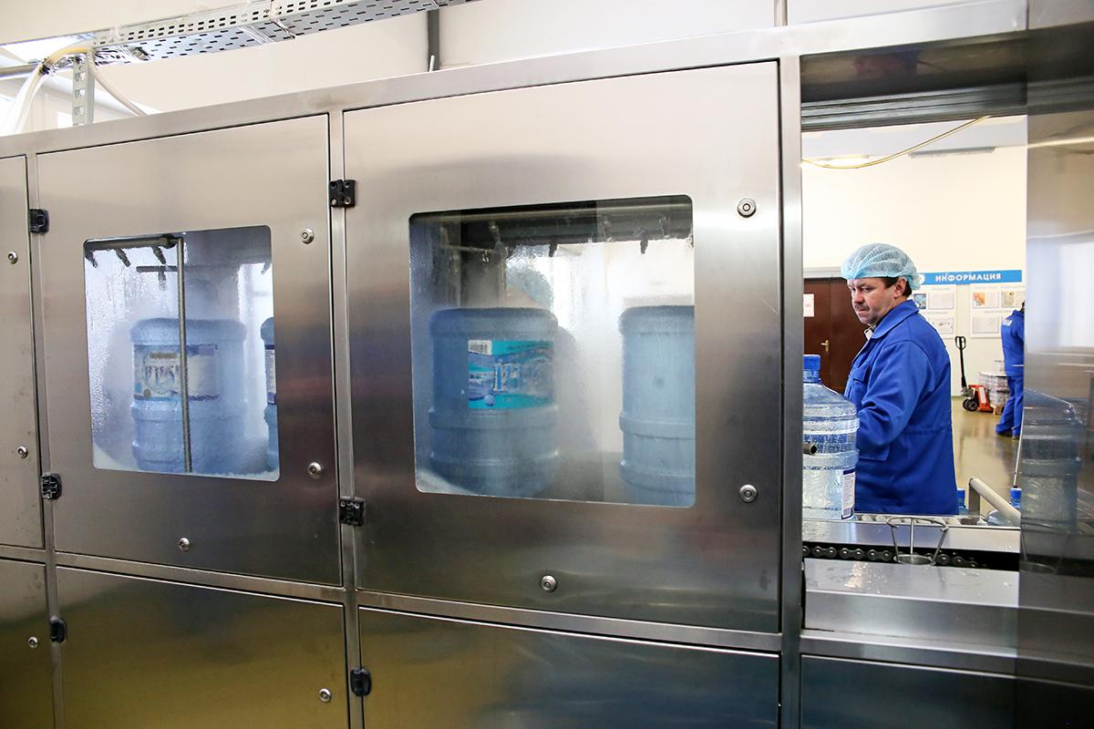 Пустая тара поступает на конвейер, где бутылки моются и дезинфицируются.