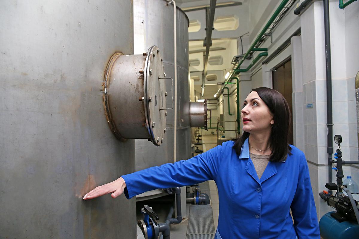 Елена Ярошевич, инженер-технолог ИТС Барановичский КУПП «Водоканал», показывает, сколько кремня в кремневых фильтрах. В них вода настаивается от двух до семи дней.