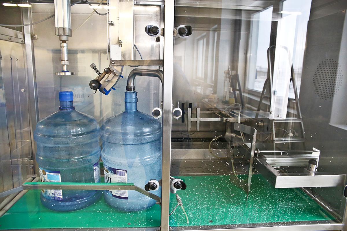 После мойки и дезинфекции тары воду разливают по бутылкам и закупоривают их.
