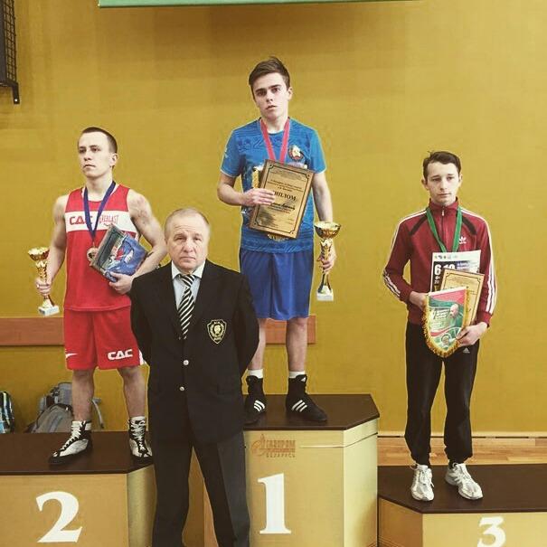 Александр Бутрим (в центре) на пьедестале турнира с медалью и призами. Фото: личный архив спортсмена