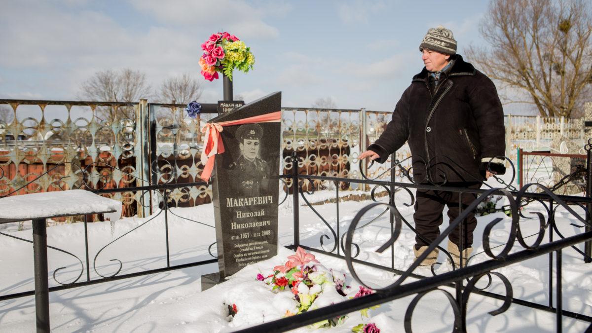 Валентина Макаревич рядом с могилой брата Фото: svaboda.org