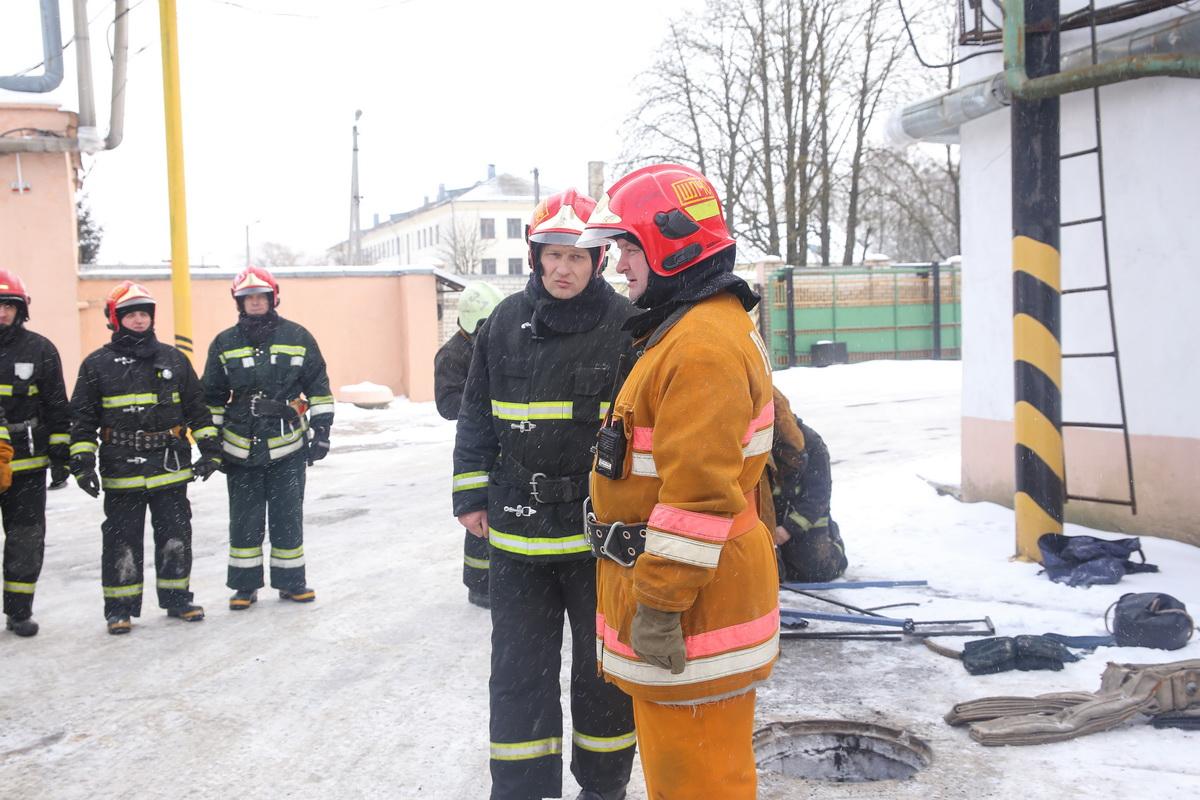 Помощник начальника штаба капитан внутренней службы Сергей Мухаревский (слева) и старший помощник  начальника штаба подполковник внутреннрей службы Игорь Бедульский.