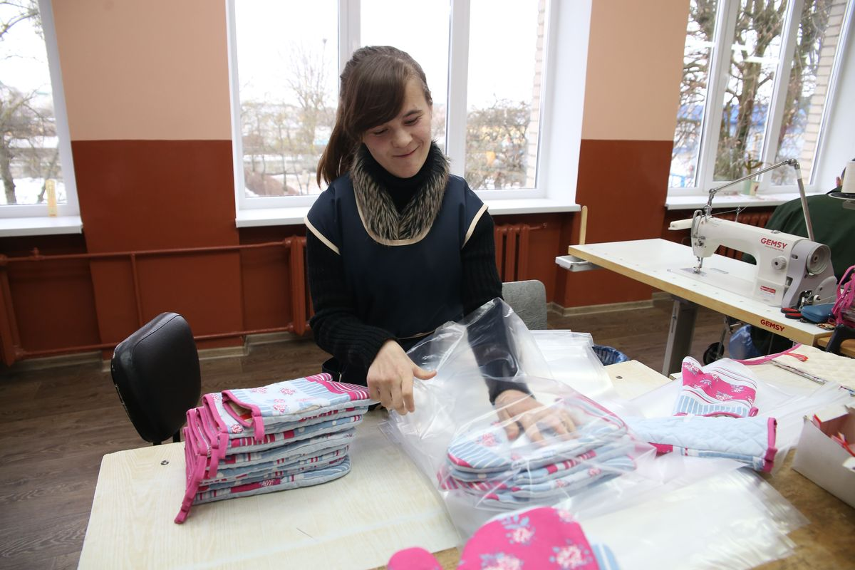 Анна Макарчук шить не может из-за заболевания, но помогает упаковывать готовый товар.