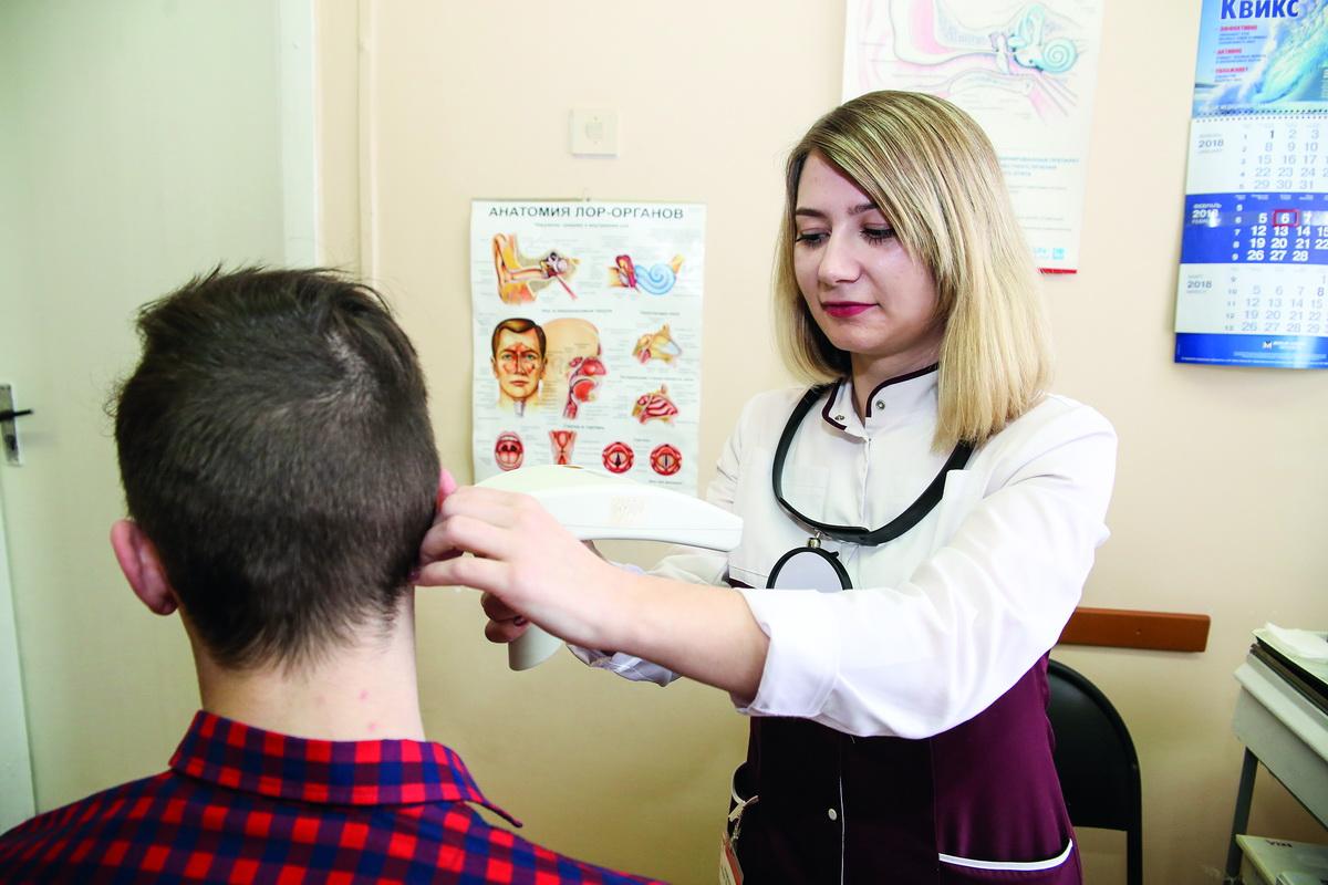 Врач-отариноларинголог Юлия Райлян осматривает пациента. Фото: Евгений ТИХАНОВИЧ