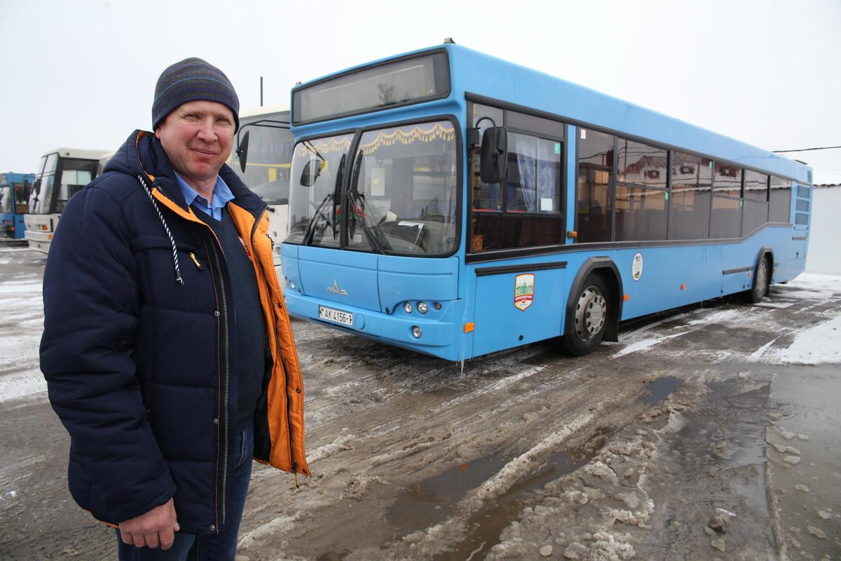 Виктор Игнатчик рядом со своим автобусом МАЗ 103 Фото: Евгений ТИХАНОВИЧ