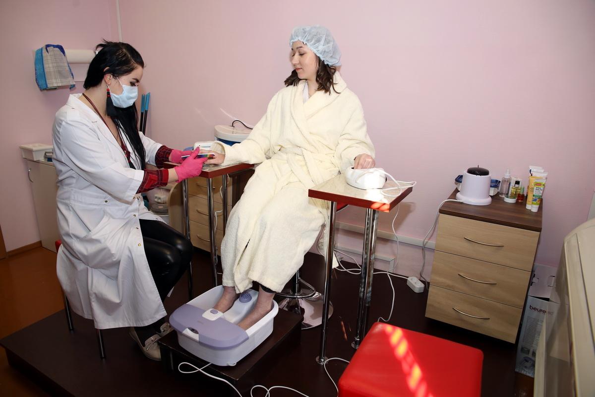 Дарья Бобко выполняет маникюр и педикюр.