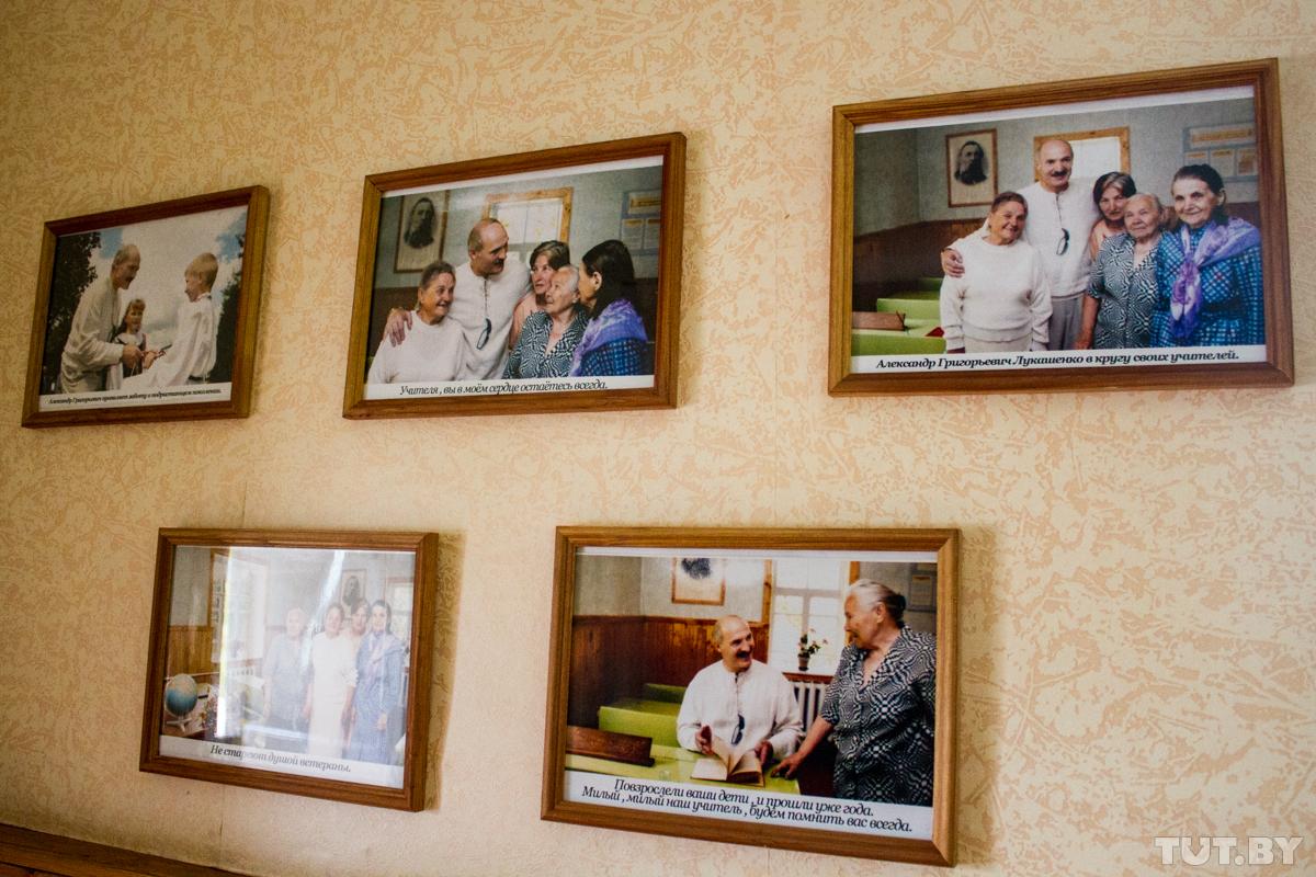 Александр Лукашенко со своими учителями. Снимки висят в Александрийском школьном музее. Фото: TUT.BY.