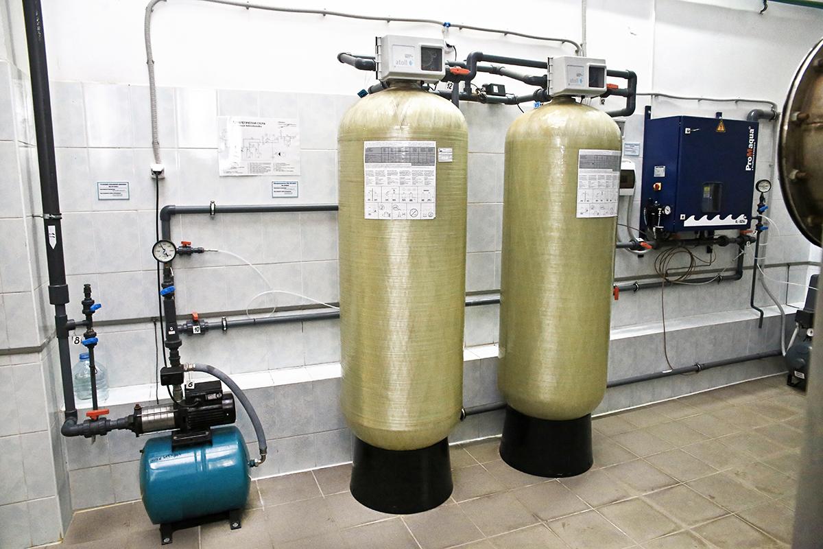 Самый первый этап этап очистки воды – удаление железа с помощью таких больших фильтров.