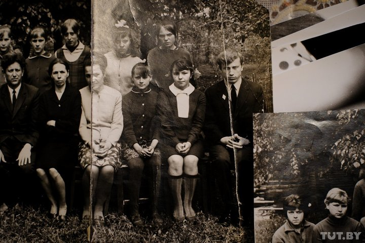 По центру девочка в темных гольфах – Галина Желнерович, которая потом станет женой Александра Лукашенко.