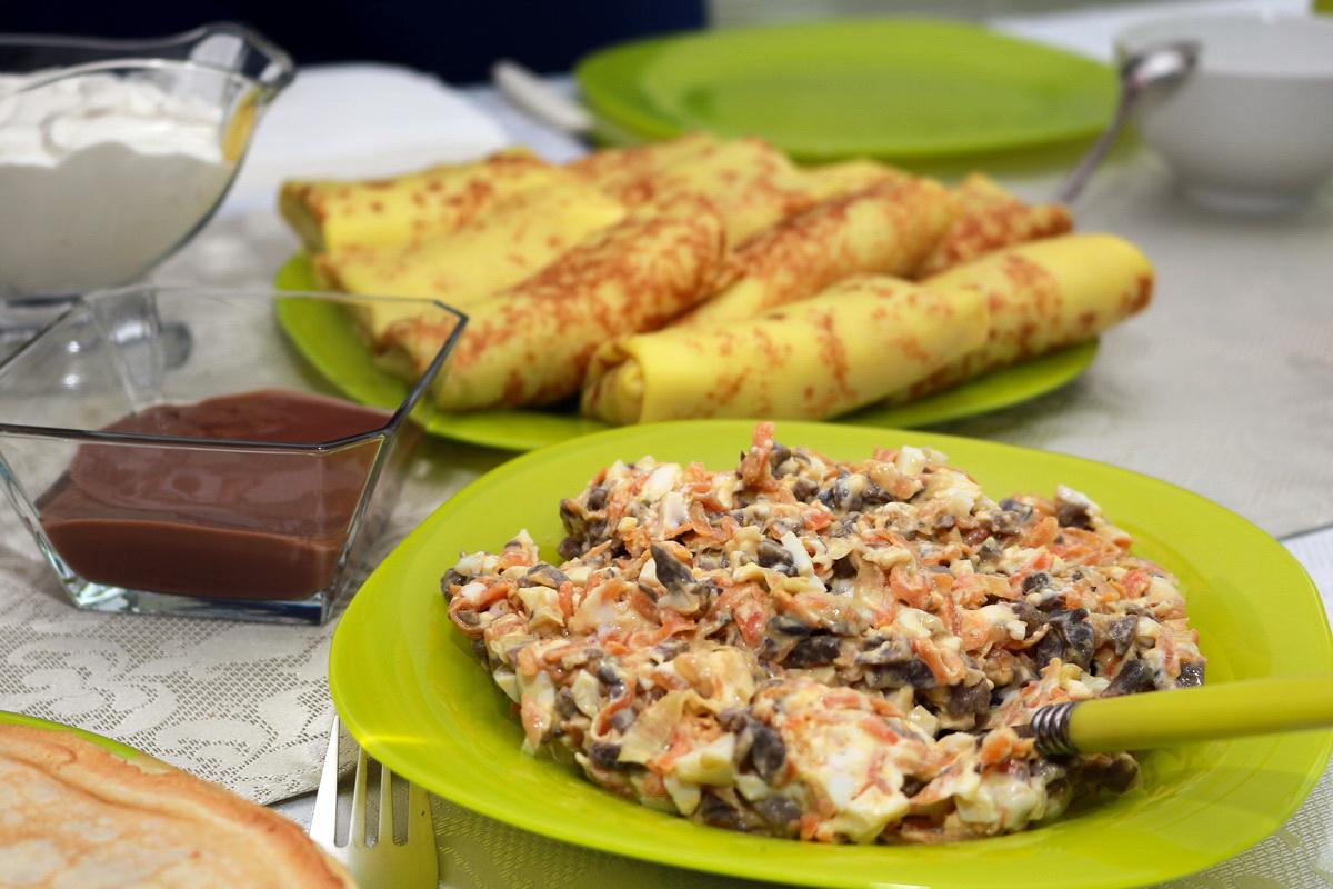 Соленая начинка для блинов из грибов, моркови и лука.
