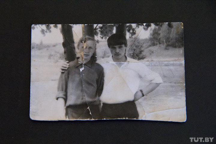 Александр Лукашенко (справа) с одноклассником Сергеем Сенькевичем. Снимок сделан летом 1971 года возле школы, в которой учился будущий президент. Сергей Сенькевич сейчас живет в Слуцке. Майор в отставке, всю жизнь посвятил военной службе. Фото из архива Людмилы Ивановой.