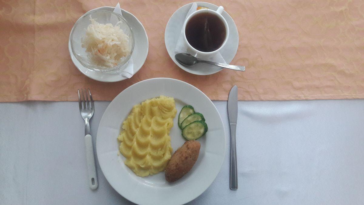 Зразы с яйцом и грибами, картофельное пюре с огурцом и чай.