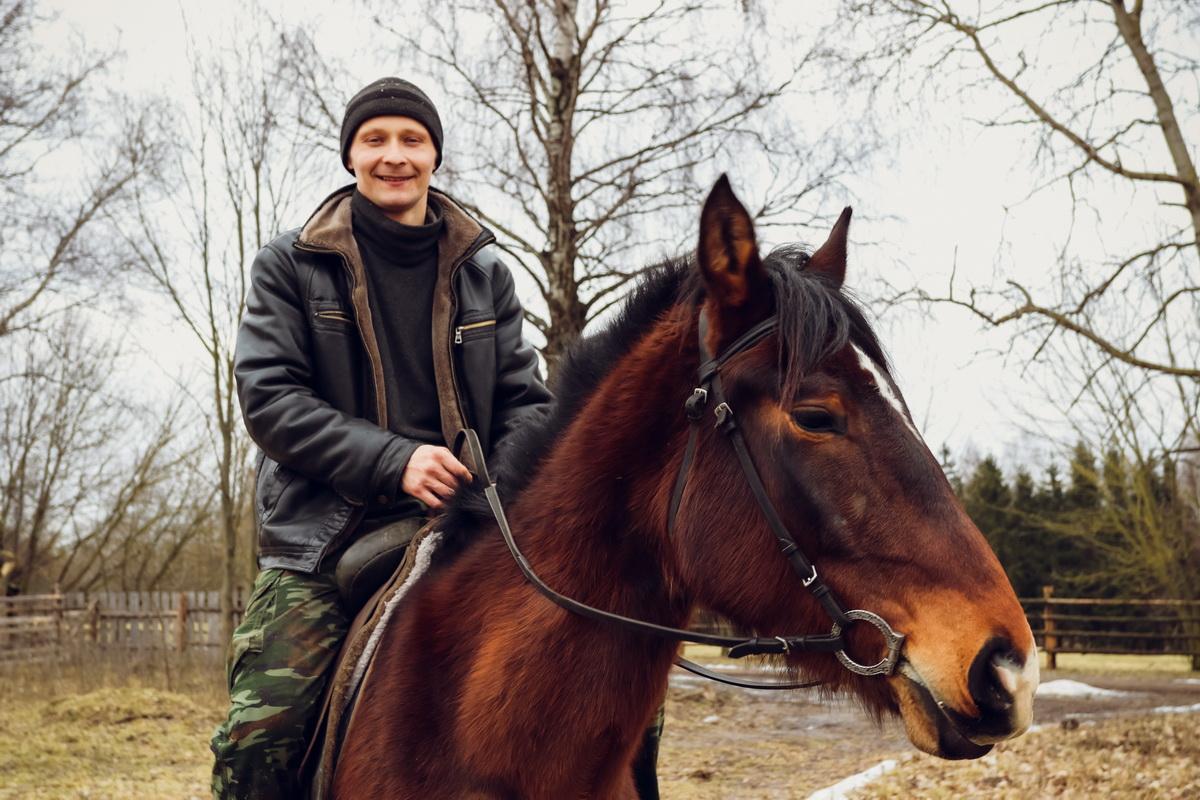 25-летний житель деревни Романы Александр Ковгар. Фото: Александр ЧЕРНЫЙ