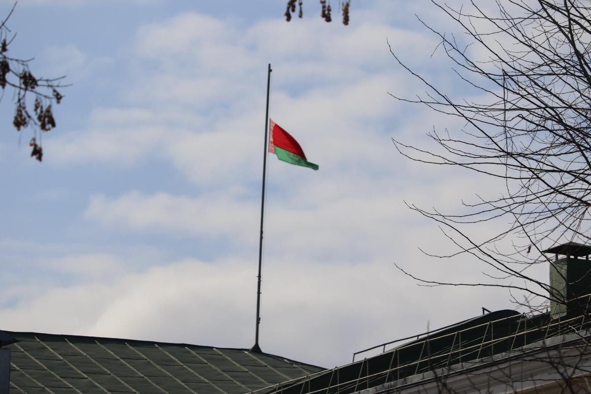 Приспущенный государственный флаг на здании Барановичского горисполкома. Фото: Александр ЧЕРНЫЙ
