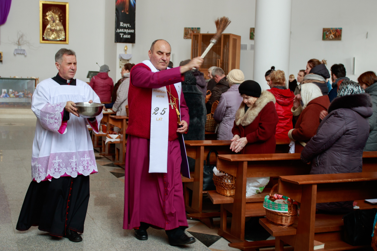 Освящение пасхальной пищи в костеле Святого Зигмунда. Фото: Александр ЧЕРНЫЙ