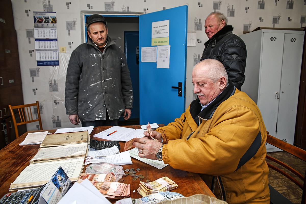 Александр Барташевич выдает деньги за вторсырье.