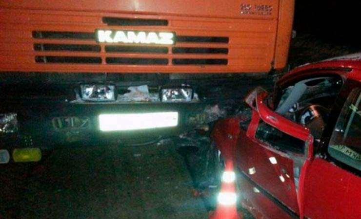 Под Брянском иностранная машина протаранила «КамАЗ»: погибла 23-летняя девушка