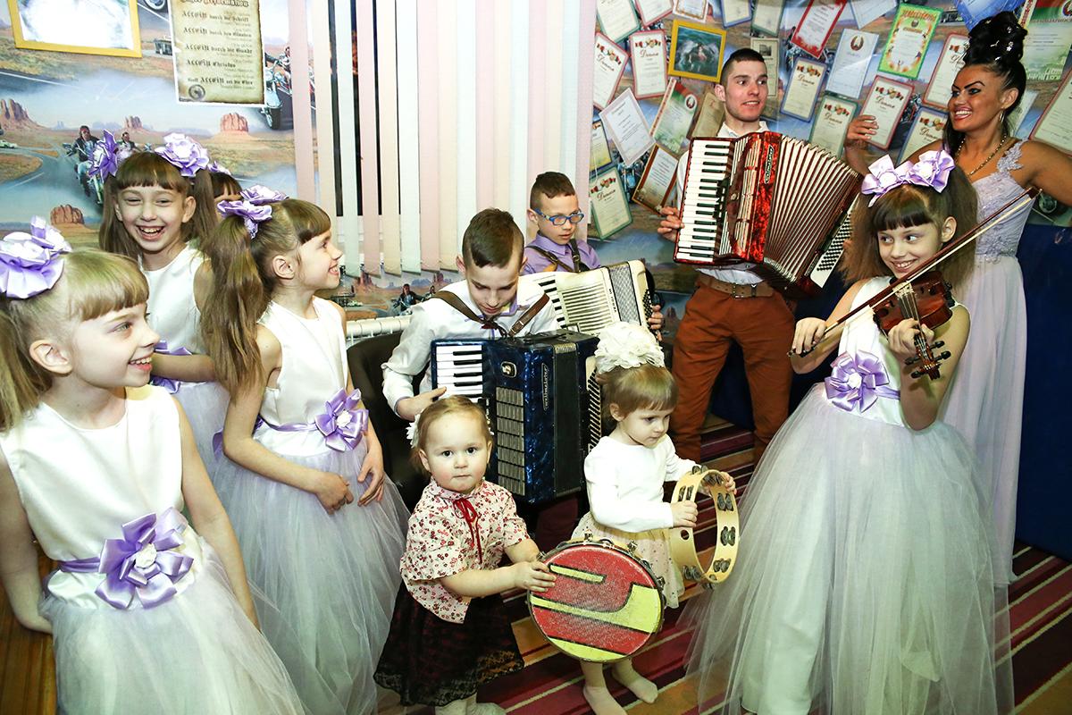 Все дети и внуки Екатерины и Али играют на музыкальных инструментах и поют.
