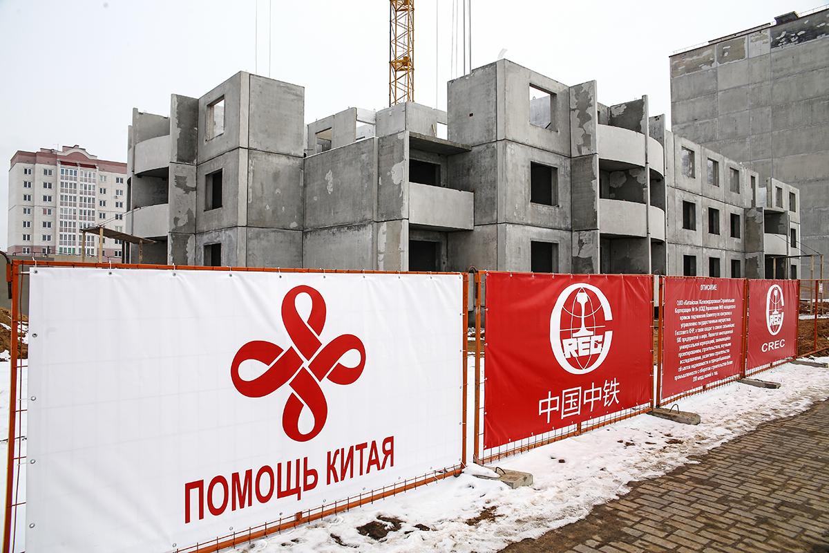 Февраль 2018 года. Первый дом в Барановичах, который строится за счет китайских инвестиций. Фото: Евгений ТИХАНОВИЧ
