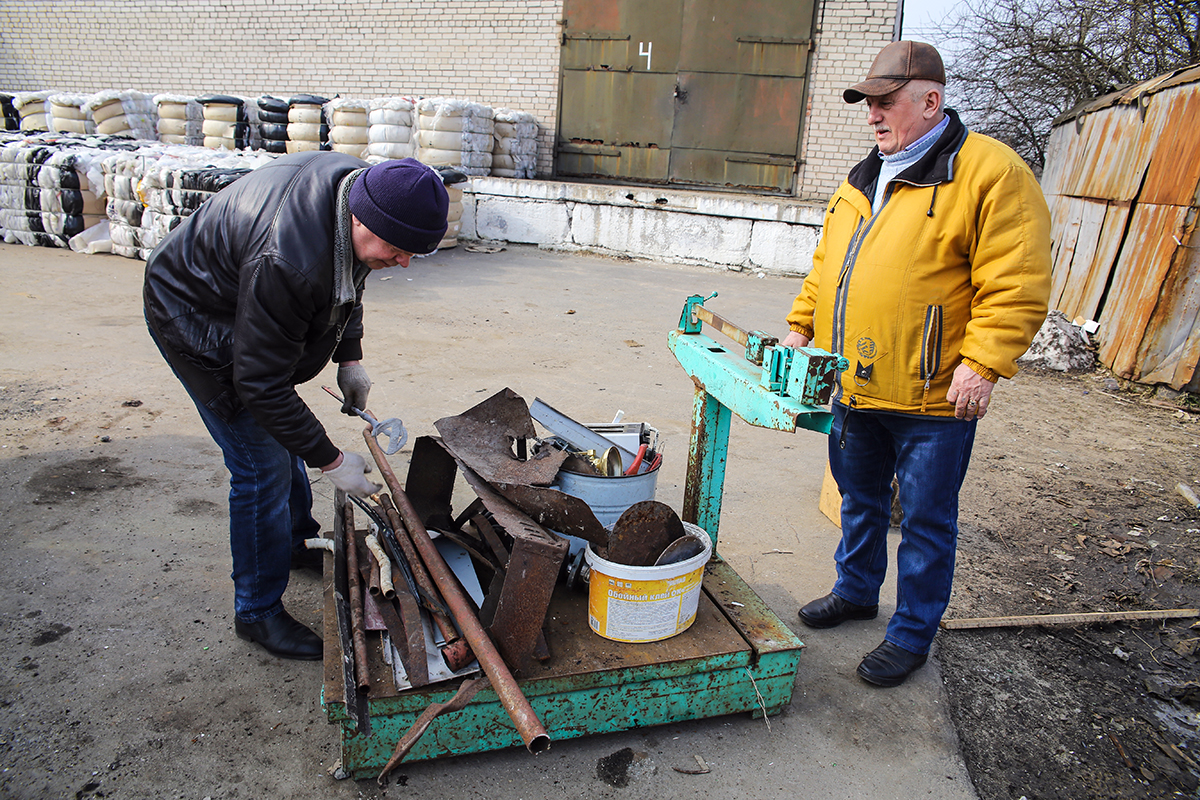Зарплата Александра Барташевича зависит от того, сколько он заготовит. Поэтому он заинтересован, чтобы люди сдавали вторсырье и овощи-ягоды ему.
