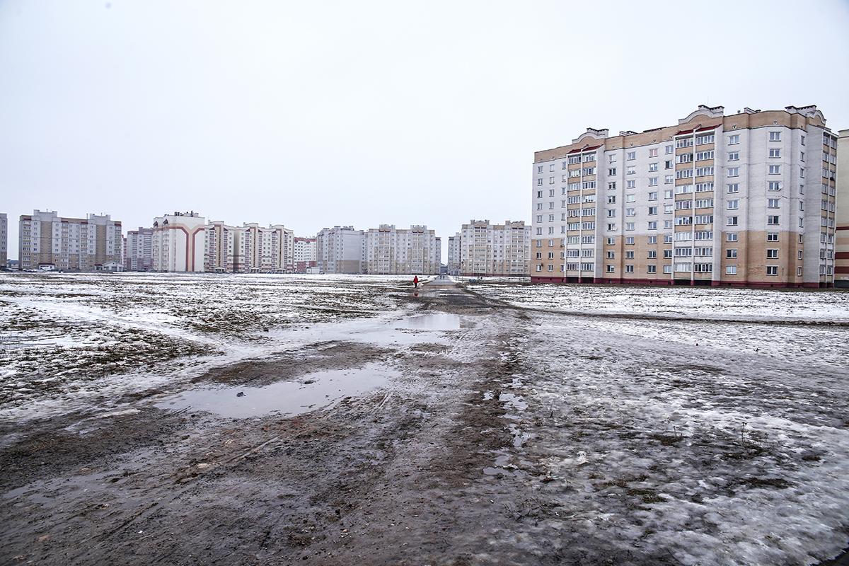 Февраль 2018 года. Пустырь, на котором будут построены школа и многопрофильный торговый центр. Фото: Евгений ТИХАНОВИЧ