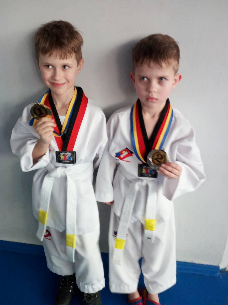 Самые юные барановичские спортсмены Даниил Лукашеня (слева) и Илья Гребенко. Ребята выступали в одной категории, и, одержав победы, они вышли в финал.