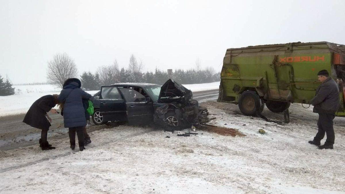 Под Ляховичами автомобиль, в котором ехала семья, врезался в трактор с кормораздатчиком