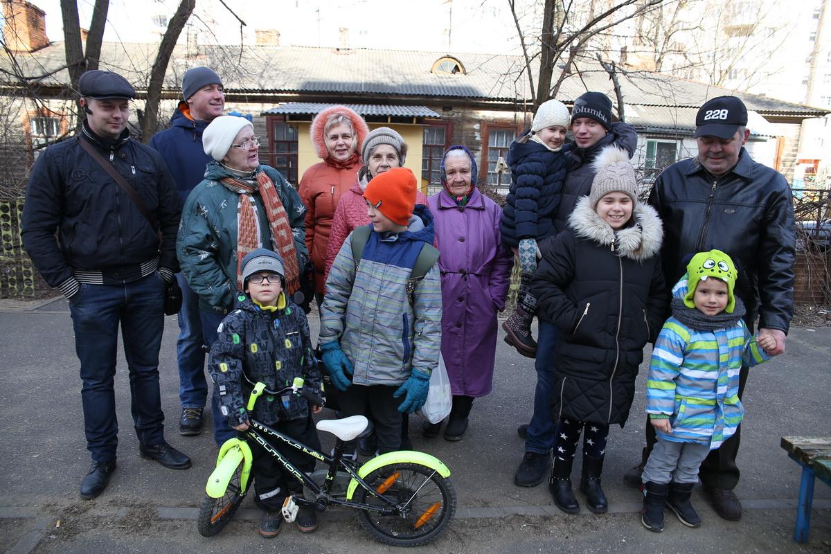 Жители многоэтажек в Военном городке, которые отстояли свой двор от точечной застройки.  Фото: Евгений ТИХАНОВИЧ