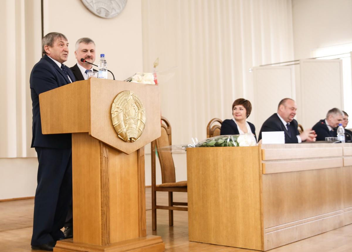 Александр Селифонтов, который руководил горсоветом депутатов 27 созыва, передал Григорию Кособуцкому депутатский значок и поздравил с новой должностью.