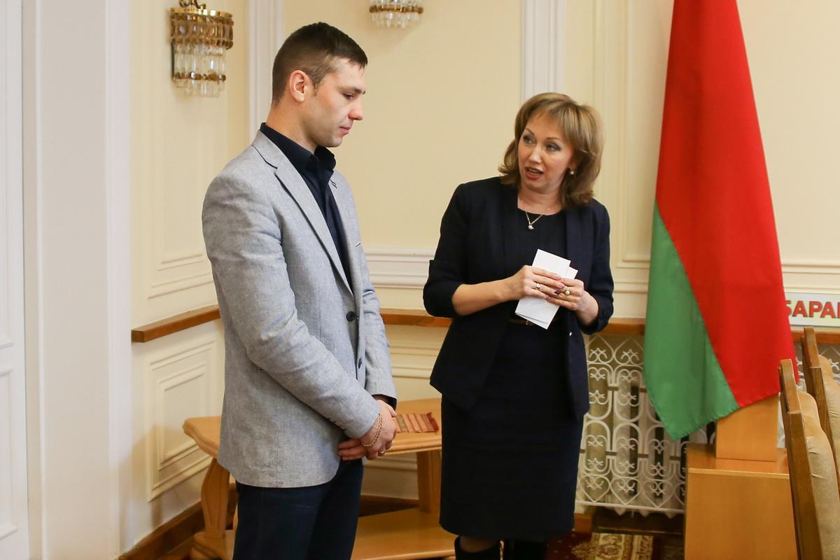 Елена Соловей поздравляет Кирилла Релиха.