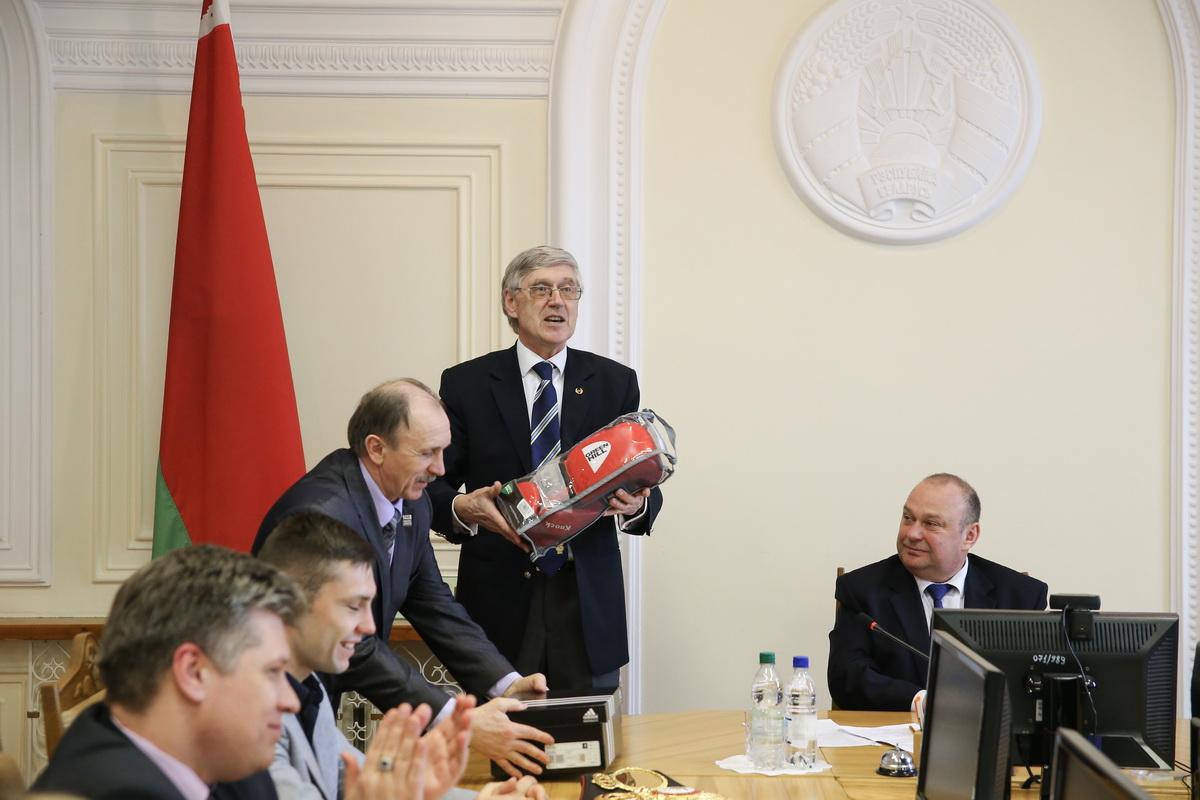 Николай Большаков передает Анатолию Хвойницкому боксерские перчатки