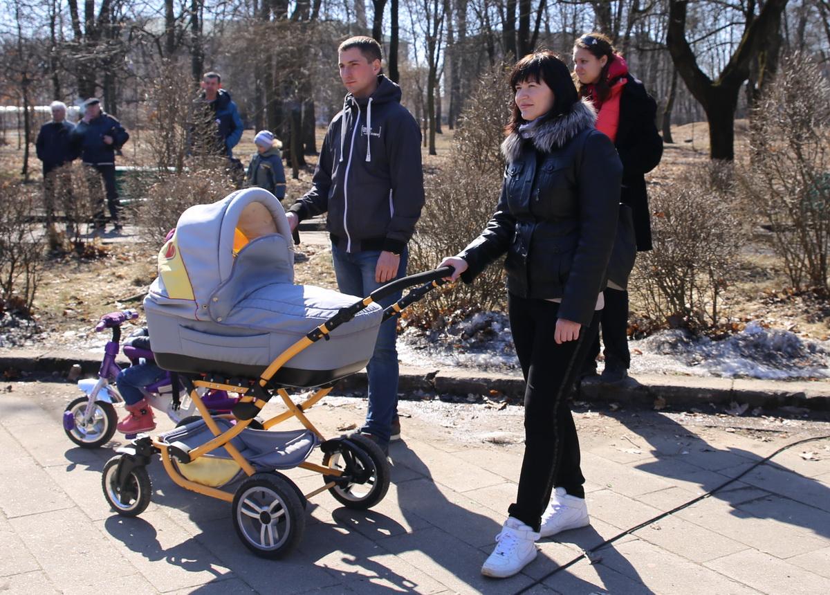 25 марта 2018 года, Барановичи. На праздник в молодой парк пришли семьи с маленькими детьми. Фото: Татьяна МАЛЕЖ