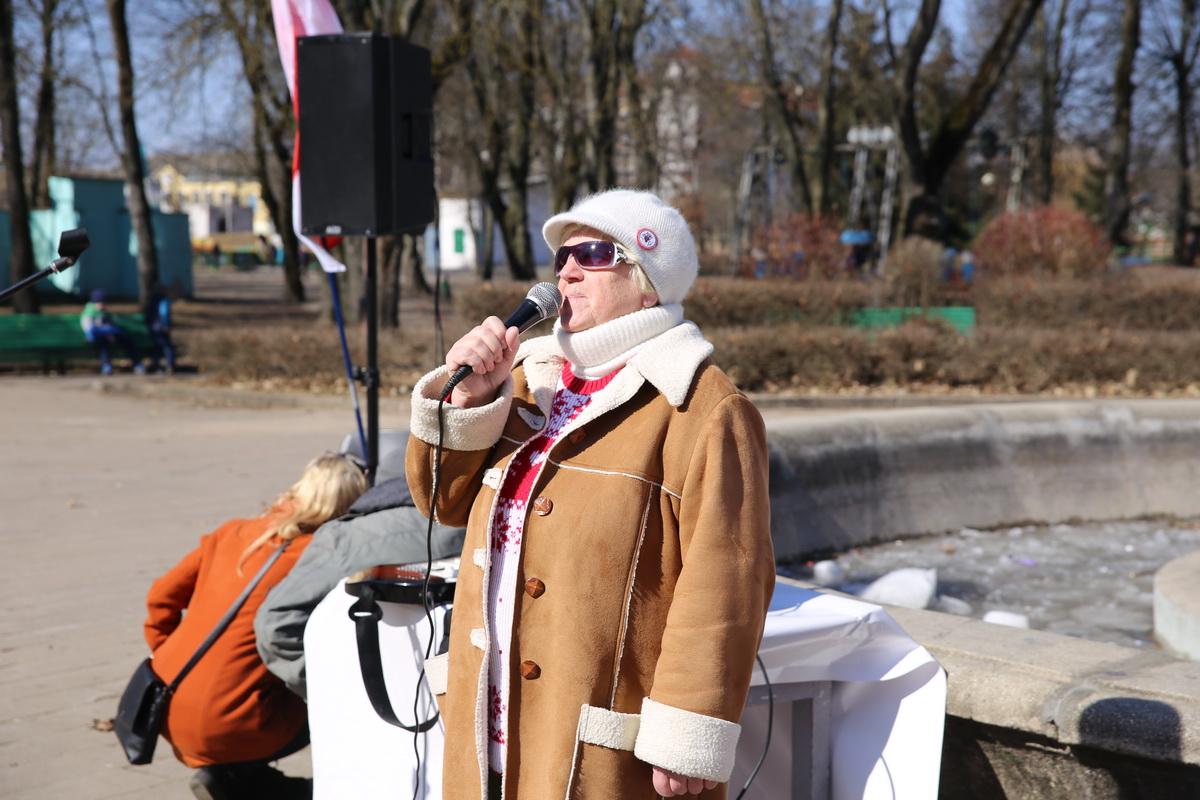 25 марта, Барановичи. С поздравлением в молодом парке выступает барановичская активистка Галина Ярошевич. Фото: Татьяна МАЛЕЖ