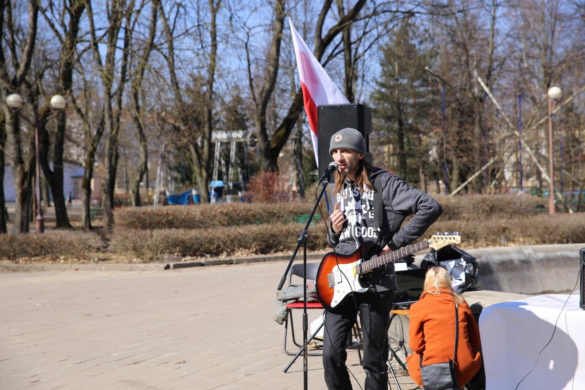 Вокальное выступление певца Федора Живолевского. Фото: Татьяна МАЛЕЖ