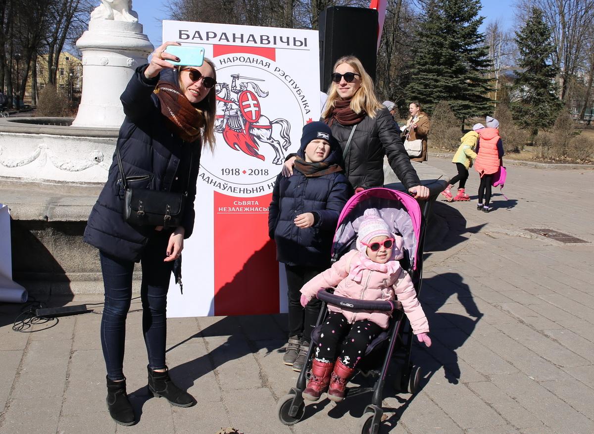 25 марта 2018 года, Барановичи. Все желающие могли сфотографироваться на фоне национальной символики. Фото: Татьяна МАЛЕЖ