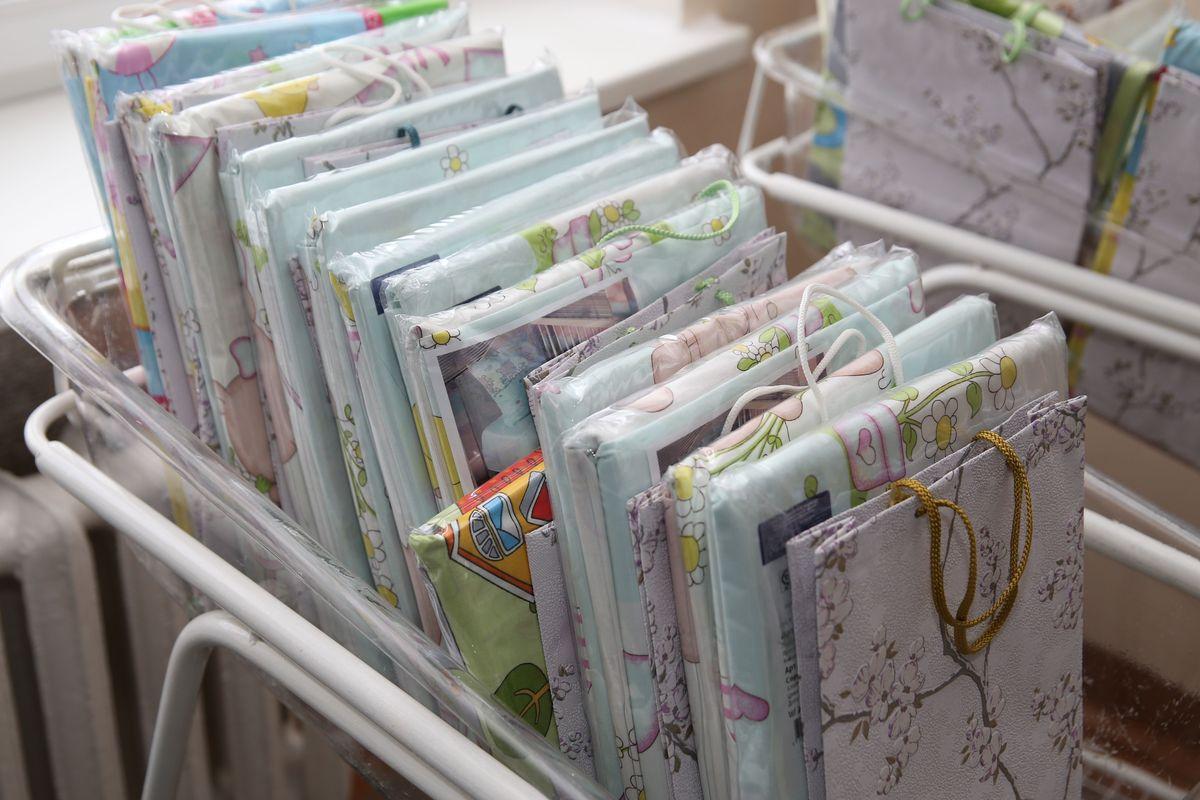 Подарочные наборы постельного белья, которые Юрий Громаковский вручил молодым мамам.