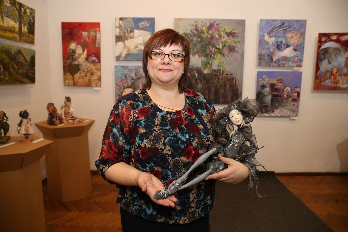 Барановичская кукольница Лариса Матюшенкова с одной из своих работ.