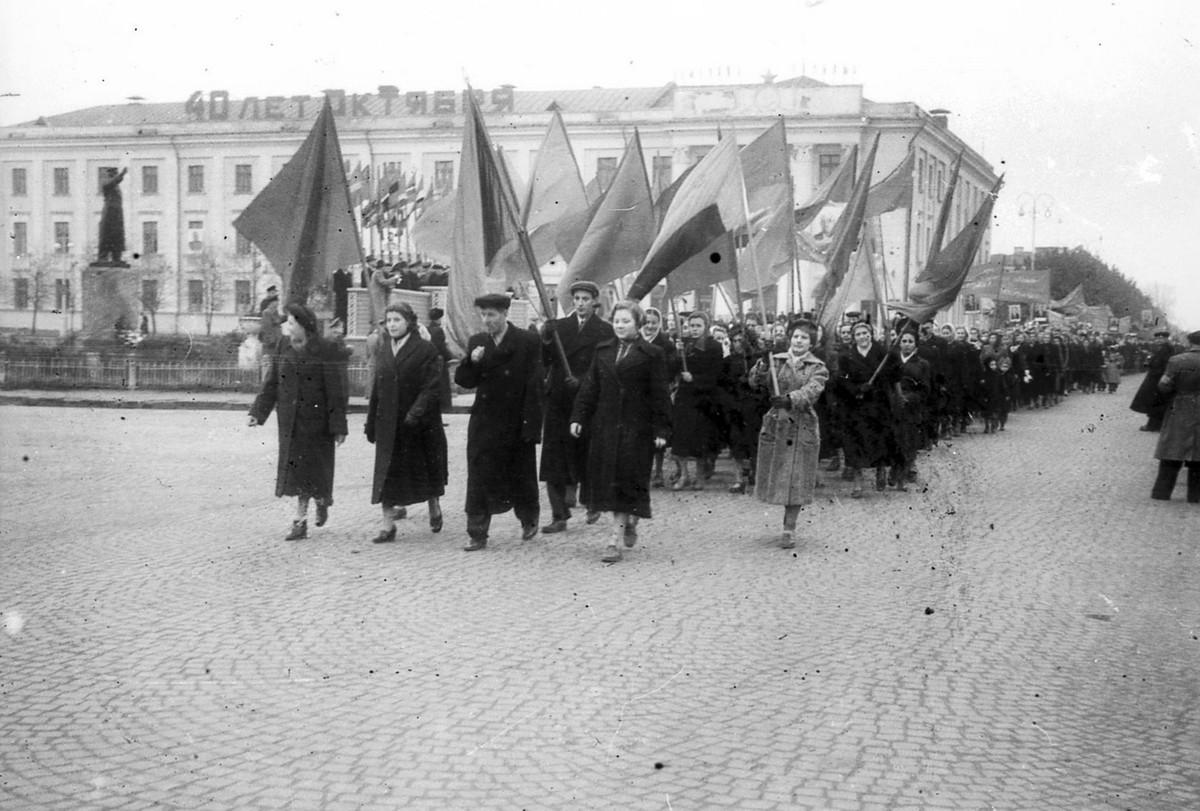 Демонстрация 7 ноября 1957 года, слева стоит памятник Сталину. Фото: Петр Таранда