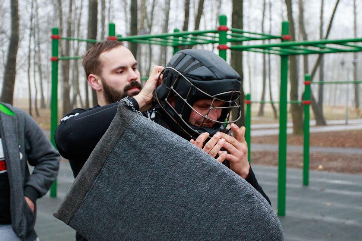 Евгений Анискевич помогает перед тренировкой надеть шлем Максиму Былинскому. Фото: Александр ЧЕРНЫЙ