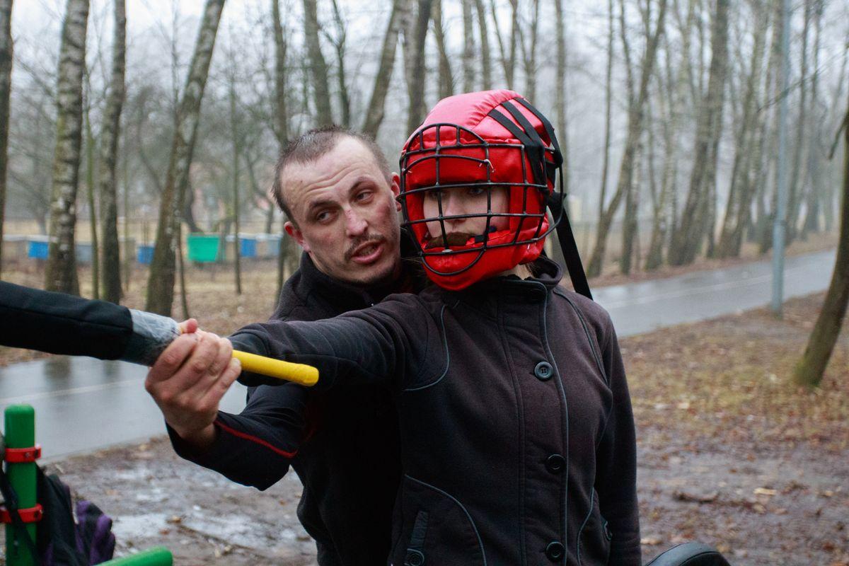 Максим Былинский помогает отточить удар Марии Нестюк. Фото: Александр ЧЕРНЫЙ